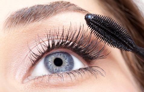 Повредить глаза может даже банальный макияж