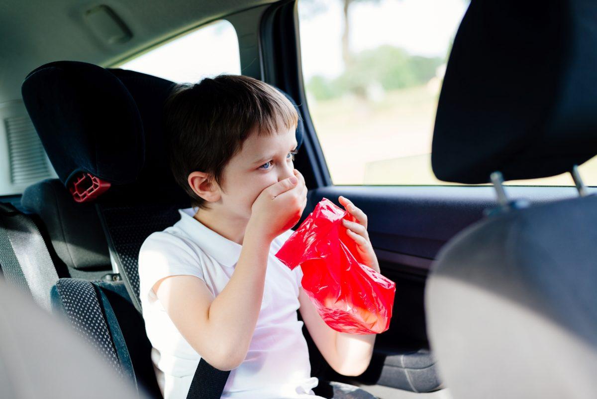 Ребенка укачивает в транспорте: причины и как помочь